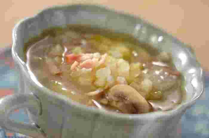残った野菜や、野菜くず(芯、皮、茎など)は栄養満点な立派なだしになります! 野菜くずのみを使う場合は、水から入れて火にかけて20~30分。キッチンペーパーで濾して旨味が浸み込んだスープだけを活用します。