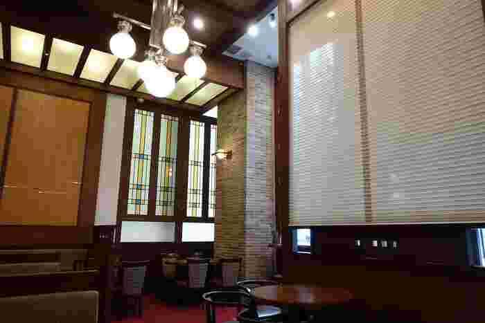 """JR東京駅から徒歩1分の「KITTE」にある「丸の内 CAFE会」は、タリーズコーヒーと伊藤園がプロデュースした新コンセプトのカフェ。""""和と洋の出会い""""をテーマにした和モダンな店内で、しっとりカフェタイムを楽しめます。"""