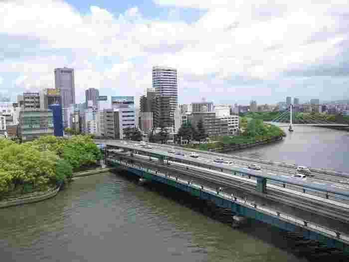 大阪市を流れる、淀川の支流・大川。その川を南北に渡る、少し珍しい二階建ての橋。それが、<天満橋>です。この<天満橋>は、同じく大川を跨ぐ天神橋・難波橋と並んで『浪華三大橋(なにわさんだいきょう)』と呼ばれ、江戸時代から大阪の街で親しまれて続けているのです。