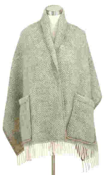 【MARIA】 日本でも人気のシリーズ。街で羽織っている人を見かけたことがある人も多いのでは? やわらかなグレー×ホワイト、温かみのあるブラウン×ホワイト、シックなブラック×グレーの3色あります。
