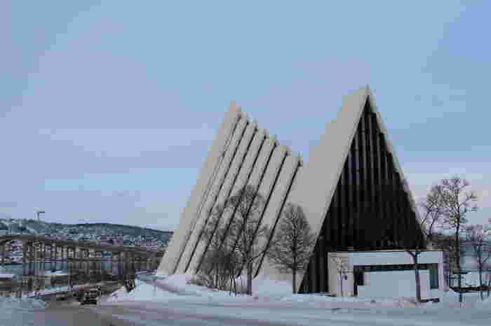 """トロムソきっての観光スポット、モダンな建築の北極教会は、""""ノルウェーのオペラハウス""""とも呼ばれているようです。"""