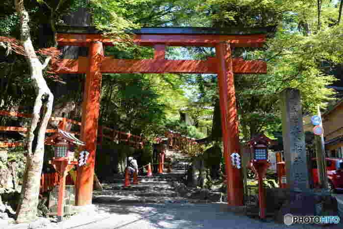 「貴船神社」には、「本宮」「奥宮」「結宮(ゆいのやしろ)」の3つのお宮があります。  一礼し、鳥居をくぐってこの表参道の石段を上っていくと、「本宮」に到着します。