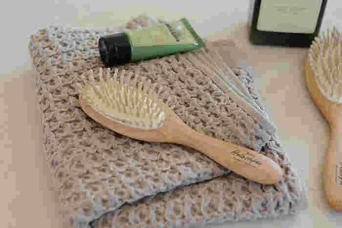 ブラシで髪をとかすことで、ついていた汚れやホコリが表面に出てきます。このひと手間で、シャンプー後のすっきり感がグンとアップ!同時にほつれも取れるので、シャンプー中も髪が絡みにくくなります。