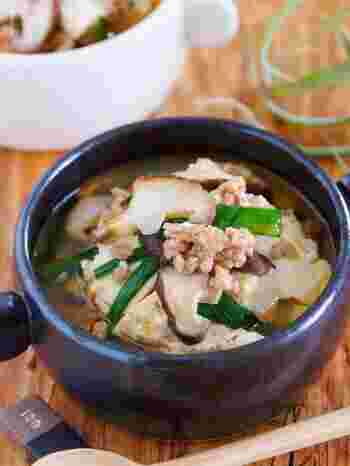 豚ひき肉と豆腐を使ったスープのレシピです。鶏がらスープの素とめんつゆを使っているので和食にも合う味わいに。豆腐がたっぷりなのでヘルシーなのもうれしいですね。