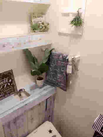 近年よく見るのが、タンクのあるトイレをタンクレスに見えるように隠すDIY。 こちらは突っ張り棒とプラダンで隠したアイディアDIYです。リメイクシート、雑貨やグリーンと合わせて統一感のある空間にまとまっていますね。