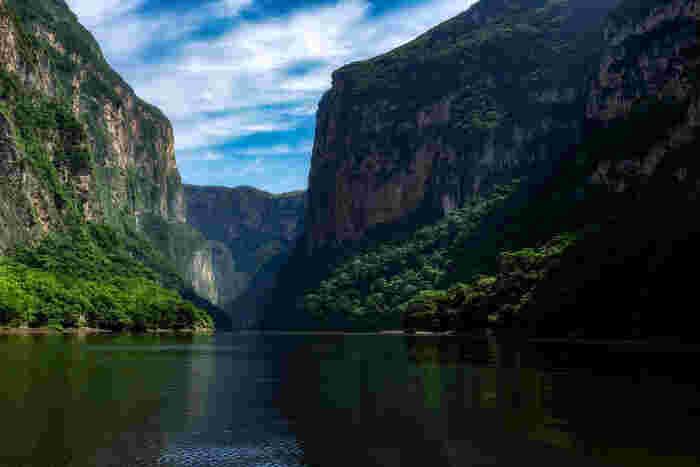 メキシコ南東部を悠然と流れるグリハルバ川沿いに広がるスミデロ渓谷は、メキシコを代表する景勝地の一つです。川の両岸にそびえる切り立った断崖は、高いところでは900メートルを超えており、迫力満点の景色を臨むことができます。