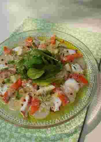 フレッシュハーブをたっぷり使った魚介のマリネは、冷蔵庫で冷やして、バゲットやワインと一緒に召し上がれ♪