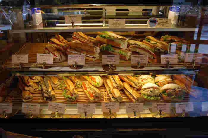 看板メニューのバゲット・レトロドールを使ったサンドイッチも大人気です。ハムとチーズのシンプルな組み合わせが美味しい「ジャンボンフロマージュ」や、自家製ローストチキンを挟んだ「プーレロティ」など、こだわりの食材を使用した魅力的なメニューがラインナップされています。