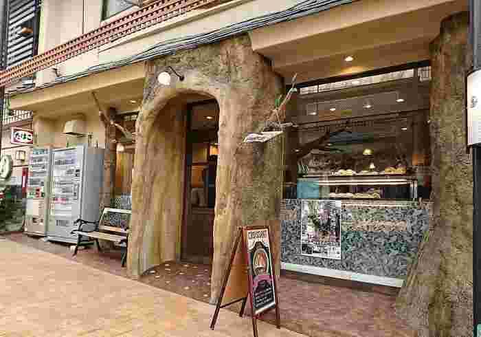 熱海駅前の仲見世通りでぱっと目をひくウッディな外観が「パン樹 久遠(くおん)」です。商店街を入ってすぐなので、観光のスタートに立ち寄ってみては?