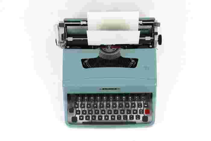 1950年代のフランスを舞台にした作品で、当時を再現するために世界中からタイプライターを探し周り200台ほど準備。衣装もデザインから生地までこだわって作られ、セザール賞ではデザイン賞にノミネートされた映画です。