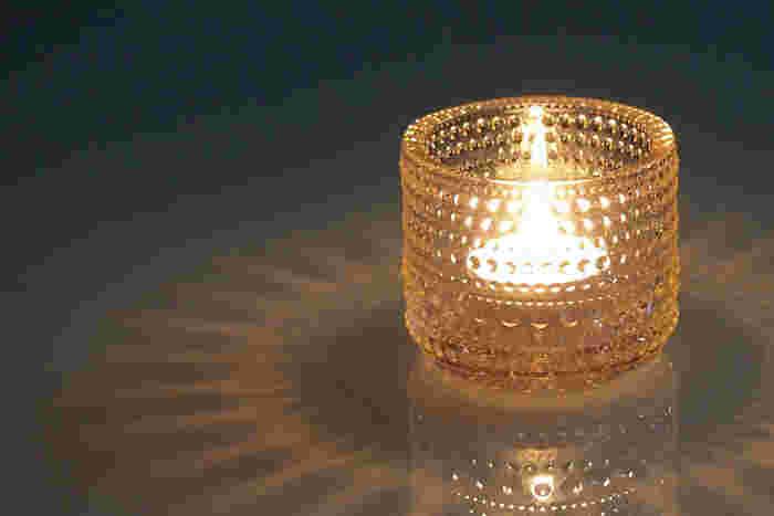 ■キャンドルホルダーで灯りをデザインする 模様が、影となって美しく浮かび上がるキャンドルホルダーをチョイスしてみては。ロマンチックな雰囲気を演出したいときに、おすすめです。