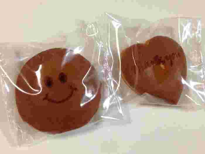 そんな、確かな職人の腕で作られる和菓子の中から、バレンタインにおすすめしたいのが、焼印のどら焼き。  メッセージなど、好きな刻印を押してもらうことができ、こちらの写真のように、スマイルマークや「Thank you」の文字も♪  形も選ぶことができ、定番の丸い形のほかに、ハート型のどら焼きもありますよ。ハート型のどら焼きに「Thank you」の文字があったら、思わずニッコリしてしまいますね*