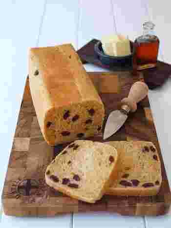 家に食パンの金型がないないという人は、牛乳パックで代用することができます。こちらのレシピは、黒糖を使ったレシピ。卵も加えてリッチなレーズン食パンに。