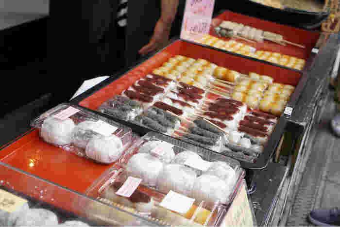 国産小豆や上新粉など厳選された原料で作られる和菓子は、素朴でやさしい味わいです。メディアにもたびたび紹介されるほど、そのおいしさは評判を呼んでいます。