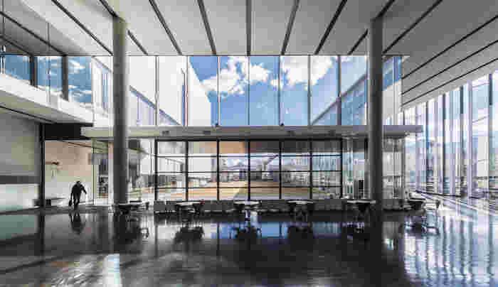 2005年、JR茅野駅に増設して開館したのが、古谷誠章氏設計の「茅野市民館」。ホールやアートギャラリー、図書スペースなどからなる複合文化施設です。 中庭を囲むようなコの字型の構成で、ガラス張りの外観と、高い天井は開放感があり、洗練されたデザインです。 グッドデザイン賞、日本建築学会賞なども受賞し、市民にとって開かれた憩いの場として機能しています。