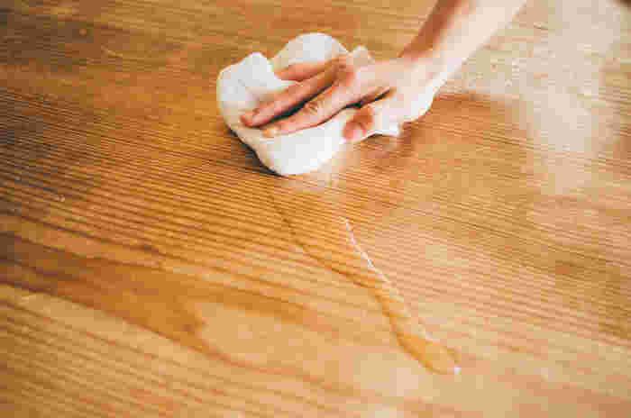 大きめの鍋に水をいっぱい入れて、洗濯用の洗剤を 1 カップ分入れて、30 分ほど煮込みます!(途中で混ぜてあげてください。)煮込み終わってから、水ですすいで干すと驚くほど真っ白になりますよ。