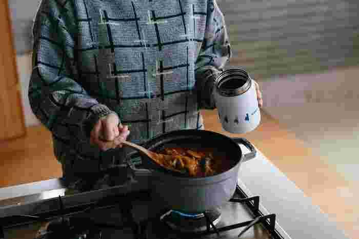 スープジャーを保温で使う場合は、まず空のスープジャーに熱湯を入れて5分ほど温めます。その後、そのお湯を捨てて、あつあつの汁物などを入れます。また、保冷で使う場合は、氷水で冷やしたり、前日からスープジャーを蓋を開けた状態で冷蔵庫に入れておきましょう。