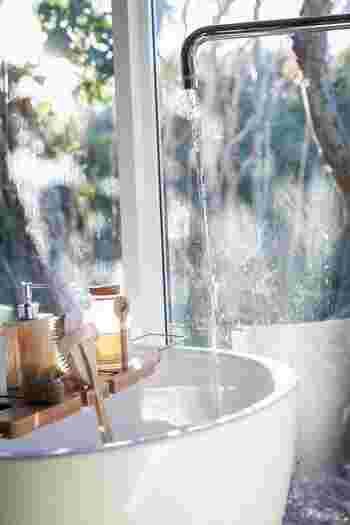 夜はメイクをしてたり、砂埃などが付着しているため、クレンジングや洗顔料でちゃんと洗わないといけません。しかし朝は付いていたとしても寝室のほこりくらい。洗いすぎは顔の潤いに必要な皮脂まで落としてしまい、乾燥を招くことも。朝はあえて水かぬるま湯のみでザッと洗顔するだけにしましょう。