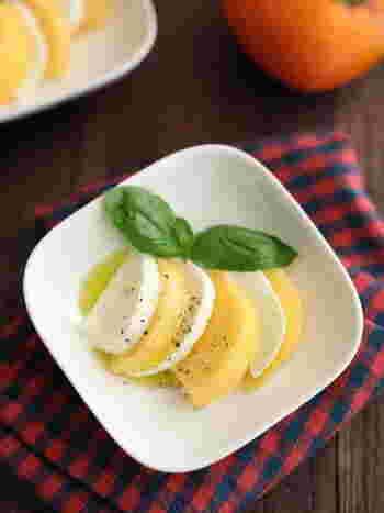 柿とモッツァレラチーズを合わせたさっぱりした甘さが魅力の一品。よく冷えた白ワインと一緒にどうぞ。