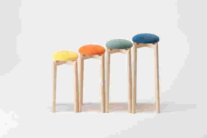 """【マッシュルームスツール】 匠工芸のベストセラー「マッシュルームスツール」。まあるい座面にカラフルな色。その可愛らしい雰囲気で一際目を引く人気商品です。直径約22cmの小さな座面は、キッチンや洗面所での""""ちょい掛け""""のニーズに応えたもの。すっと伸びた長い脚とのバランスがユニークで、ひとつあるとお部屋のアクセントになりますよ。"""
