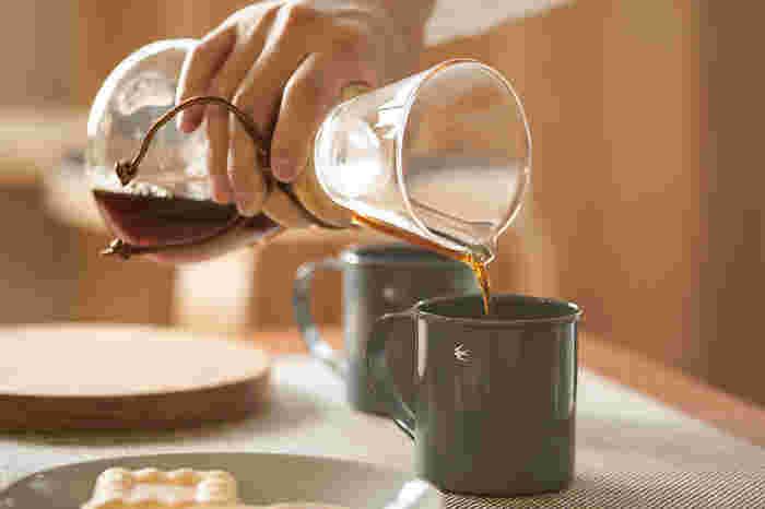 ケメックスで淹れたコーヒーは、雑味のないキリッとした味わい。  その理由は、専用フィルターの強度と、ドリッパーとサーバーが一体になった形にあります。テーブルに持っていってコーヒーをそのままサーブできるのも素敵なポイント!