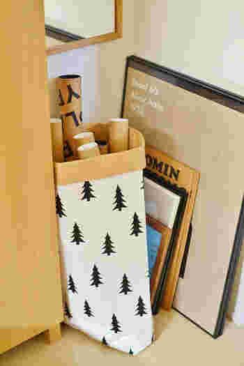お部屋の模様替えや季節によって架け替えたいポスターたち。収納はどうしていますか?筒に入れて保存したら、ペーパーバッグでざっくりと収納するアイデアです。