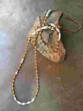 ボンダ族に伝わる茶色のシードビーズとカンネとよばれるストライプのビーズを合わせたロングネックレスです。カンネは1800年~1900年代初頭のヴェネチアで作られたものだそう。幾重にも手首に巻いて、ブレスレットとして使うこともできます。