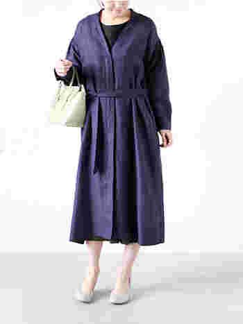 ラグジュアリー感漂うガウンタイプのコート。 ウエストベルトで作るギャザーが女性らしく存在感があります。 シックなパープルを上品に着こなせます。