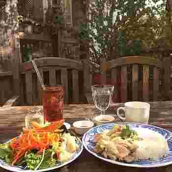 野菜たくさんのサンドイッチやパスタ、グリルなどのお食事メニューの他、スイーツも豊富に取り揃えられています。