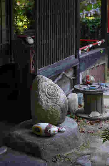 """坂道の多い「山手地区」は、歴史あるお寺や古民家がたくさん入り組んでおり、レトロな尾道の象徴となるエリア。  古民家を改装した、おしゃれで個性あふれるカフェやギャラリーが混在している山手地区の一角にある「猫の細道」には、いろんな""""福石猫""""があちこちに隠れているんです♪"""