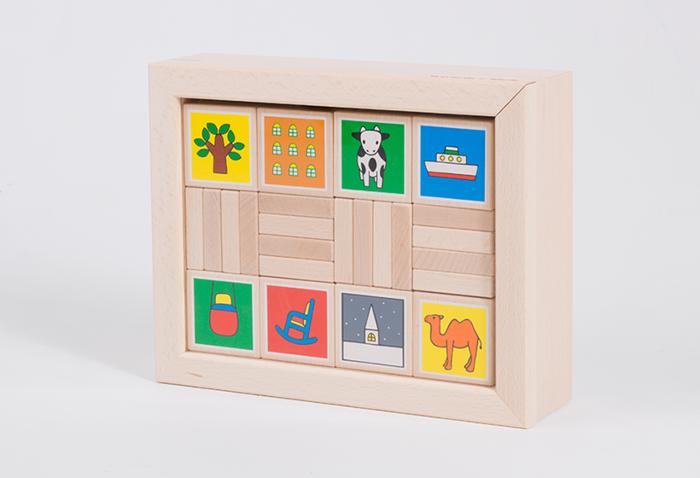 「あいうえおえほん」に描かれたイラストをそのまま積木に。シンプルなラインに鮮やかなイラスト、加えて木の温もりが素敵なおもちゃです。額縁のようなケースでお部屋に置いても素敵なアイテム。