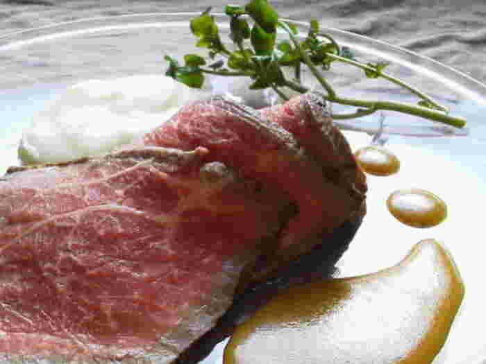 近年、お正月の定番メニューとして大人気の「ローストビーフ」。一から手作りするのは手間がかかりそうなイメージがありますが、魚焼きグリルで焼くと短時間で簡単に作れるそうです。お肉はあらかじめ下味をつけて、一晩寝かせるのがポイント。