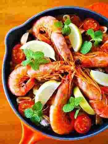 市販のトマトペーストを活用して作る、お手軽パエリアレシピです。トマトで色付けするので、サフランが無くてもOK!テーブルが一気に華やかになる一品です。