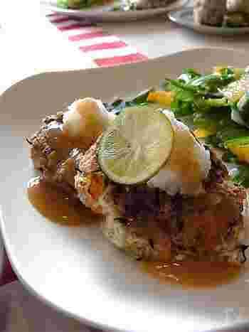 豆腐と蓮根をベースに、お肉を使わないヘルシーなハンバーグです。オートミールとひじきで食物繊維とミネラルがたっぷりとれますよ。お肉を使ってなくても食べごたえがあって好評です。
