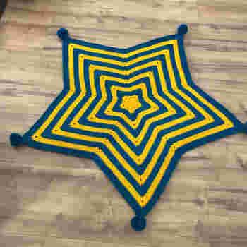 ポップな星型は男の子も好みそう。 こちらはブランケットですが、段数を減らして小さめに作れば座布団になりますね。