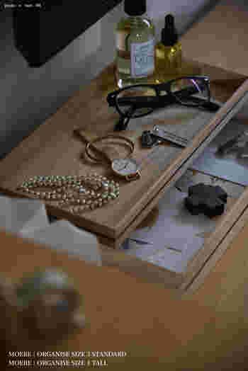 時計やアクセサリーなど毎日使う小物類は、帰宅してついテーブルの上に置きたくなりますよね?毎日使うものは表に出しておいた方が便利ですが、ゴチャゴチャ感が気になったり、掃除する時に片づけるのが面倒…という方も多いはず。そんな時はおしゃれなトレイを活用して、「一時置き」の収納場所を作りましょう。見た目もスッキリ、さらに掃除する時はトレイのまま移動できるので便利ですよ。