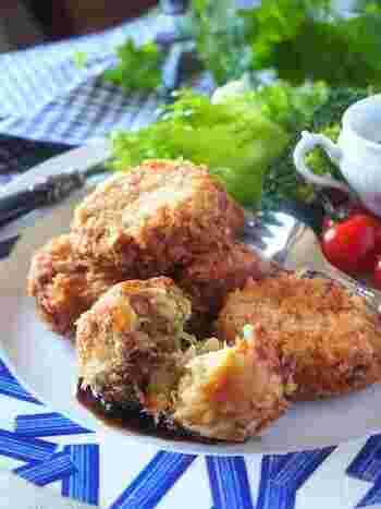 豚ひき肉の3倍のキャベツを加えて、かさ増ししたヘルシーなメンチカツレシピ。キャベツを電子レンジで加熱することで、料理の時短を叶えています。豆腐を加えたり、カレー粉を加えたりしてアレンジしてみるのもおすすめです。