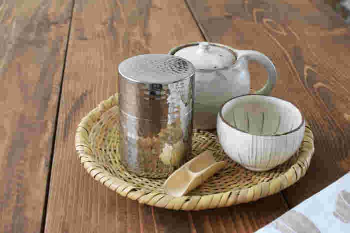 表面の艶やかさと凹凸が存在感を放っていますね。老舗道具店が作った茶筒は、世代を問わず受け入れられ、受け継いでいきたくなる一品です。耐久性にも優れています。