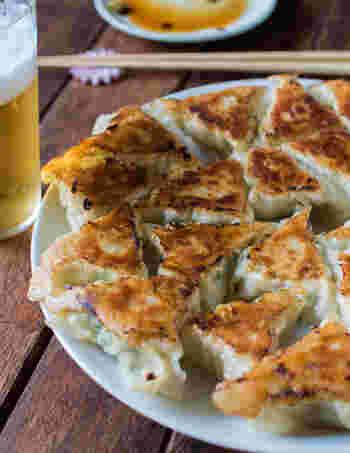 その歯ざわりも美味しさを倍増させてくれるレンコン。 鶏ガラスープの素とめんつゆでたねの味にコクと深みをつけるとともに、生姜パワーで身体の芯からポカポカに。 焼き餃子は、ごま油で焼き目を付けたあと、水を入れて蒸し焼きにし、最後に再びごま油を少し投入して、カリっと仕上げるのがポイント。