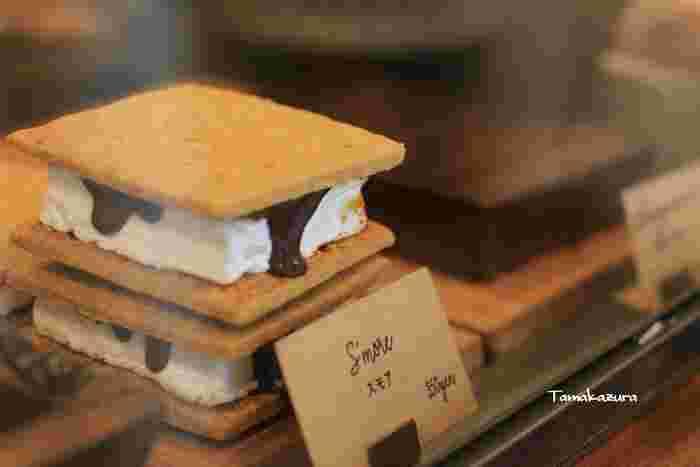 とってもキュートなキャロットケーキやマシュマロを挟んだスモアやブラウニー。アメリカンな焼き菓子を販売しています。