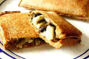 きのこの大葉ジェノベーゼサンド。おつまみサンドとしてもぴったりです。きのこのジューシーさが引き立つように、パンはカリカリになるくらいまで焼くのがおすすめです。