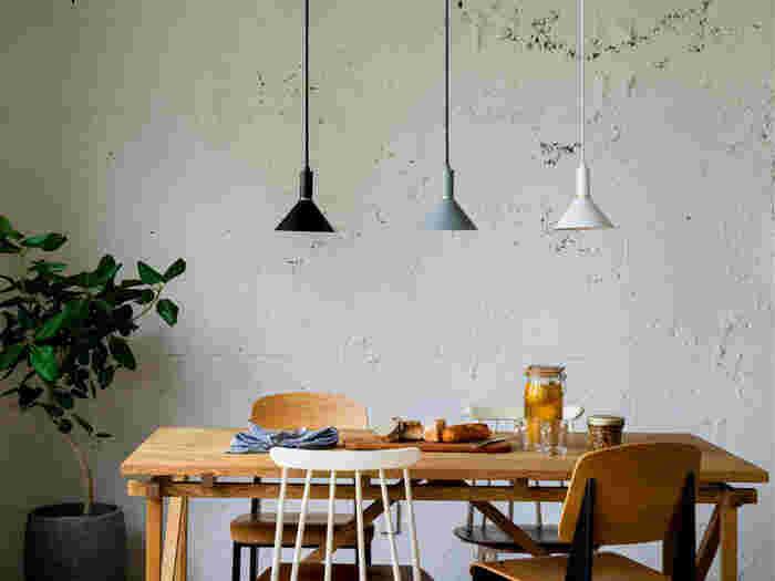 同じテーブルに、一つ一つ違ったデザインの椅子を組み合わせても、おしゃれに決まります。白黒や金属を使ったモダンなデザインの椅子に、木製のデザインチェアを組み合わせても不思議とマッチするもの。