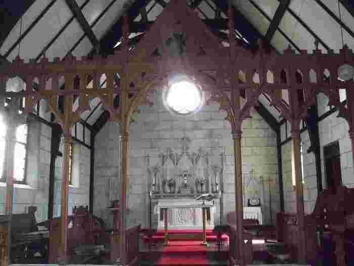内部は思った以上に陽の光が入る構造になっています。正面上はイエス・キリストの姿を描いた丸いステンドグラスです。シンプルだからこそ神々しい輝きを放っています。