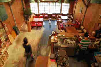 アットホームな店内は自家焙煎のコーヒーの香りが漂い、レトロとモダンが両立した暖かい雰囲気です。