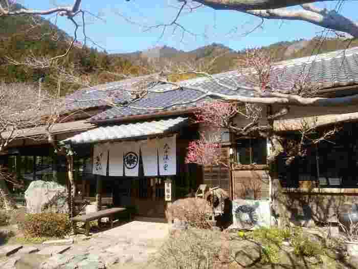 JR青梅線川井駅から徒歩30分の「釜めし なかい」は、奥多摩の山中にあるにも関わらず、遠方からはるばる訪れる人があとを絶たない隠れ家的なお店です。