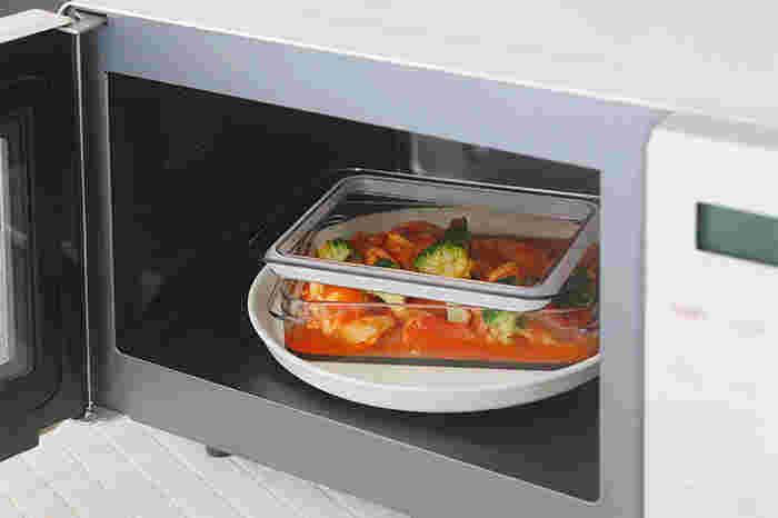 ガラス質に近い透明感のある上品な佇まいは、「ポリカーボネート」というプラスチックより傷つきにくく、透明度が高い素材から作られているので、ガラスの食器感覚で使用できます。電子レンジでの使用も、蓋を少しずらせば温めることも可能なので、保存してある食材を温めてそのまま食卓に出すことも可能です。