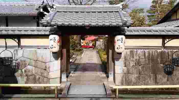 天保10年に南禅寺のほとりに学問所「順正書院」として開設されました。 国の登録有形文化財に指定されている、素晴らしい外観が目を引きます。