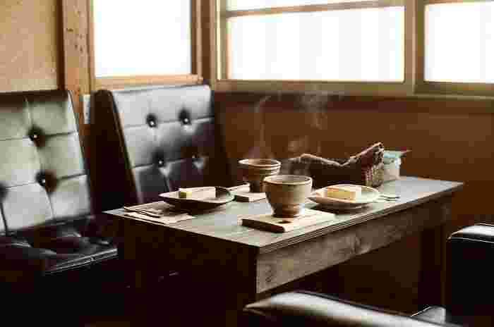 迷ったら、レトロだけでなく、ちょっとモダンな印象も放つ「カリモク60」のソファはいかがでしょう。1960年代に誕生したデザインで、おしゃれな喫茶店で定番となっています。古民家を思わせる木製インテリアとあわせても、かっこいいアクセントになりますね。