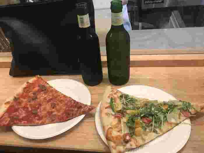 サイズは大きいけど、薄めの生地なので食べやすいので女性でも気兼ねなくいただけます。お店に入らなくても気軽にピザを食べられるのは新鮮で楽しいですね。