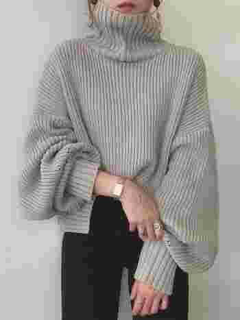 たっぷりの袖がフェミニンなニットもライトグレーであれば、シックでクールにまとまります。